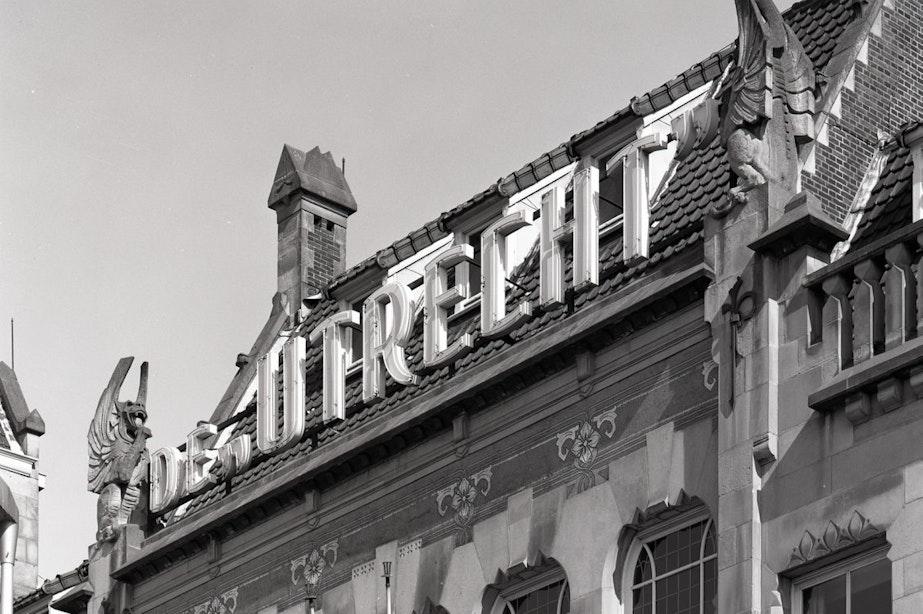 Draken van 3000 kilo van historisch gebouw De Utrecht boven ingang Hoog Catharijne