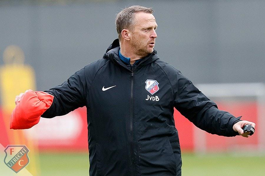 FC Utrecht-trainer John van den Brom wedstrijd geschorst voor uitschelden scheidsrechter