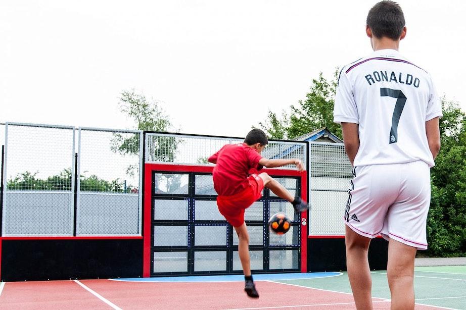 Nieuwe interactieve voetbalmuur in Utrecht: 'gamen in het echt'