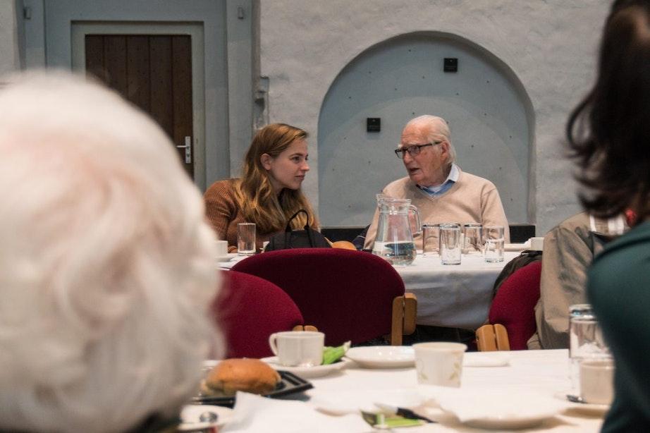 Ouderen en studenten lunchen samen tegen eenzaamheid