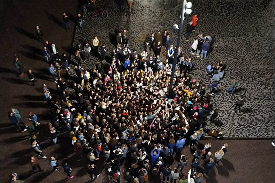 Rocksensatie Yungblud klimt tot vreugde van vele fans in lantaarnpaal Vredenburgplein