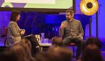 Louis Theroux spreekt in een bomvolle Janskerk in Utrecht
