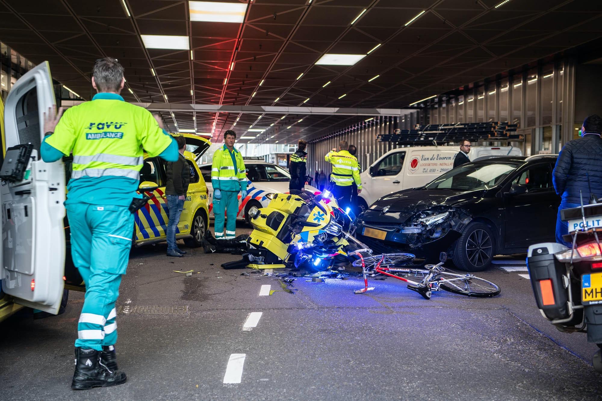 Ongeval met ambulancemotor en auto op de Catharijnesingel.
