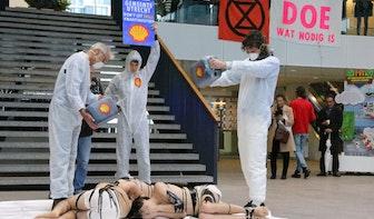 Extinction Rebellion voert actie in Stadskantoor tegen reclame van Shell in Utrecht