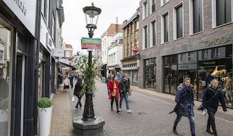 Activisten hangen alternatieve straatnaambordjes op in Utrecht