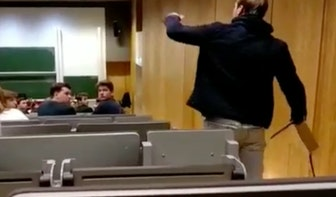 Filmpje: Student verstoort college door laptop kapot te slaan