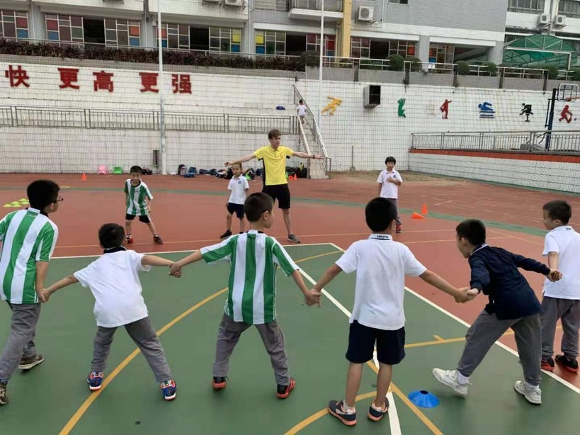 Utrechtse Jouke (21) traint Chinese kinderen tussen wolkenkrabbers in Guangzhou