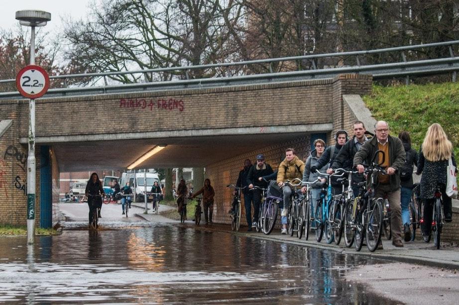 Fietspad Berekuil onder water na gesprongen leiding; fietsers over voetpad