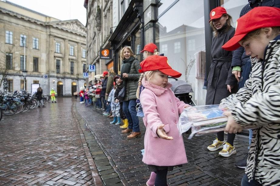Kinderen trotseren weer en wind tijdens verhuizing Utrechtse bibliotheek