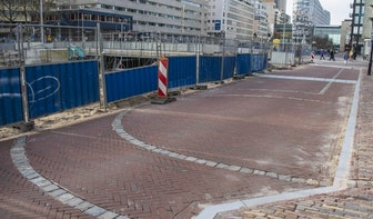 Stadsmuur en verdedigingstoren te zien in nieuwe bestrating langs Catharijnesingel