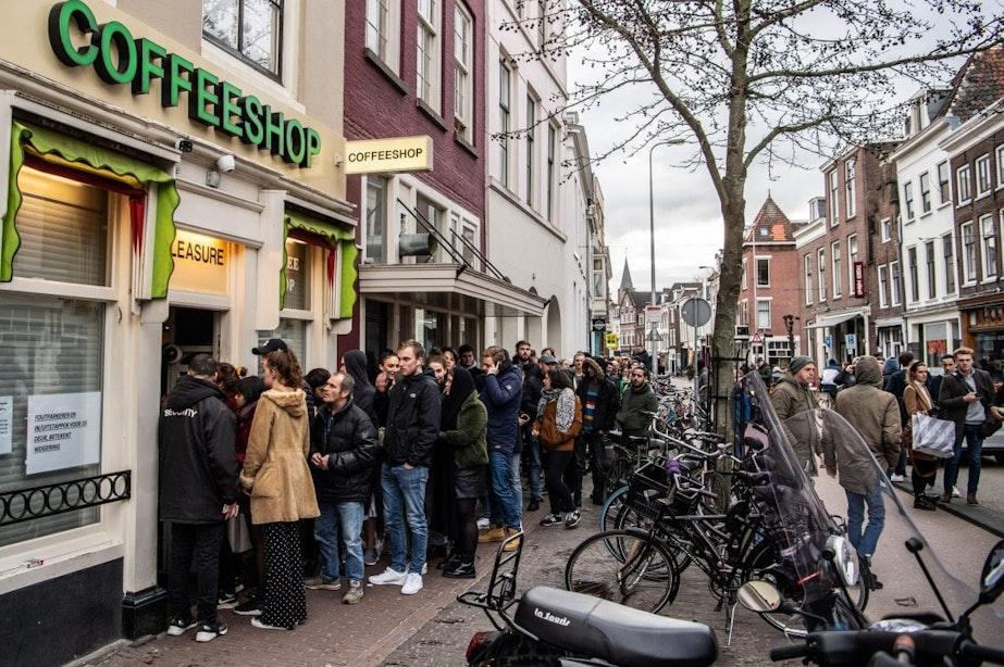 Lange rijen voor sluitende coffeeshops in Utrecht na nieuwe maatregelen coronavirus