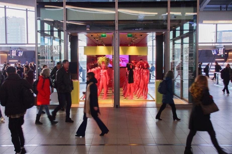 Installatie De Vrouwen van Moesman op station Utrecht Centraal