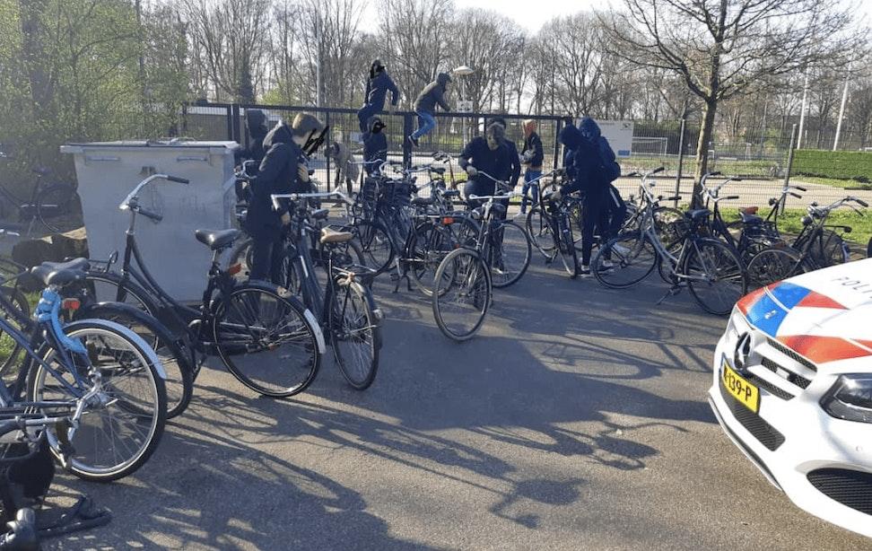 Politie krijgt melding over grote groep voetballende jongeren en grijpt de megafoon