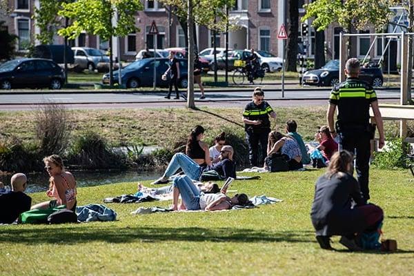 Park Paardenveld in Utrecht te druk; politie verzoekt bezoekers te vertrekken