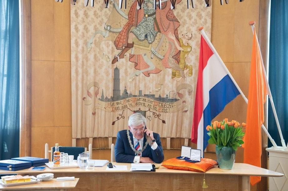 Burgemeester Jan van Zanen reikt lintjes dit jaar telefonisch uit