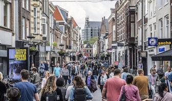 Eenrichtingsverkeer, een voetgangersrotonde en verkeersregelaars; Utrechtse binnenstad in coronatijden