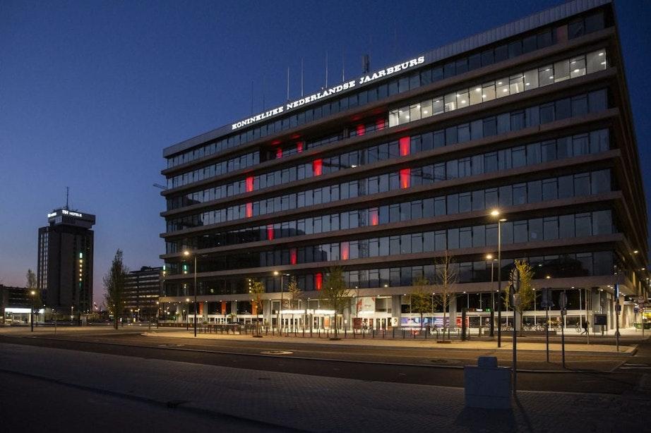 Groot lichtgevend hart op gevel Beatrixgebouw Utrecht