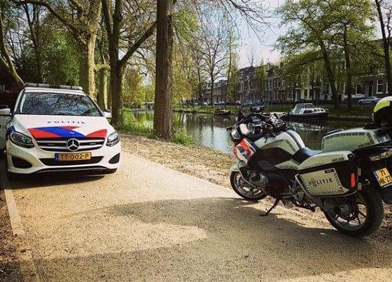 Omstanders bekommeren zich om verwarde man die naakt het water inloopt in Utrecht