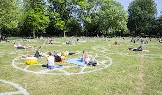 Cirkels in Julianapark Utrecht laten zien waar bezoekers kunnen zitten