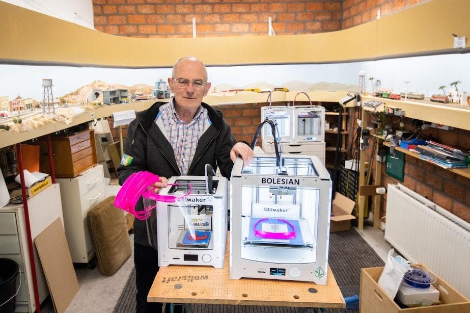81-jarige Utrechter draait in garage overuren met 3D-printers om beschermingsmiddelen te maken voor de zorg