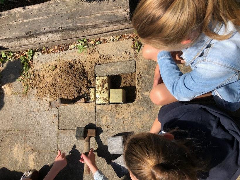 Vierentwintig nieuwe struikelstenen in Utrechtse wijk Oog in Al