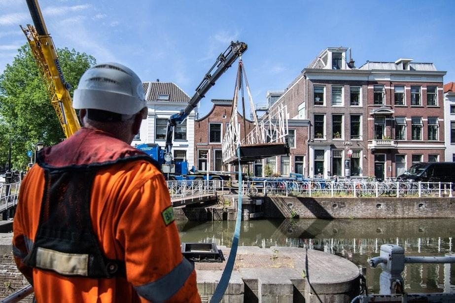Voetgangersbruggen Weerdsluis na wekenlange renovatie weer terug op hun plek