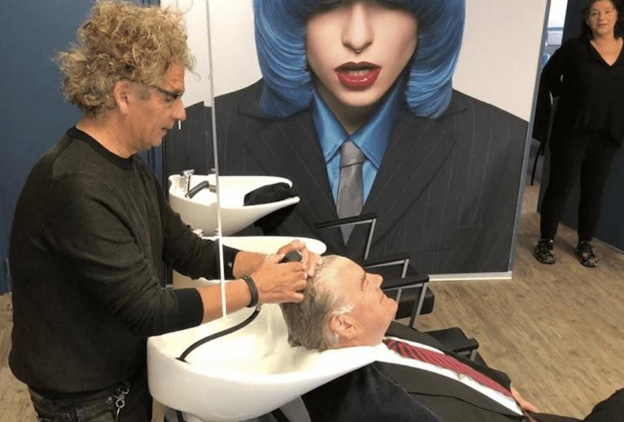 Burgemeester Jan van Zanen brengt bezoek en ode aan de kapper