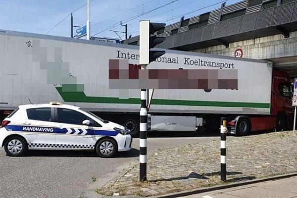 Vrachtwagen rijdt zich klem onder viaduct in Leidsche Rijn