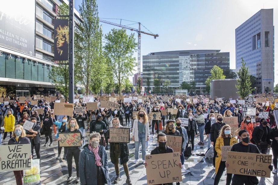 Foto's: Duizenden demonstranten op Jaarbeursplein in Utrecht maken vuist tegen racisme