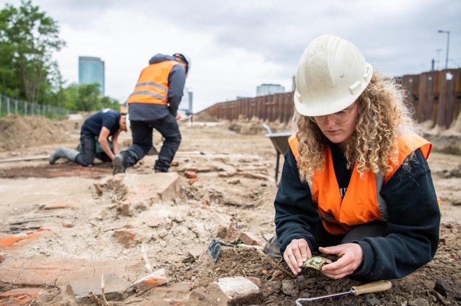 Bijzondere vondst langs het spoor in Utrecht: historische dakpannenfabriek opgegraven