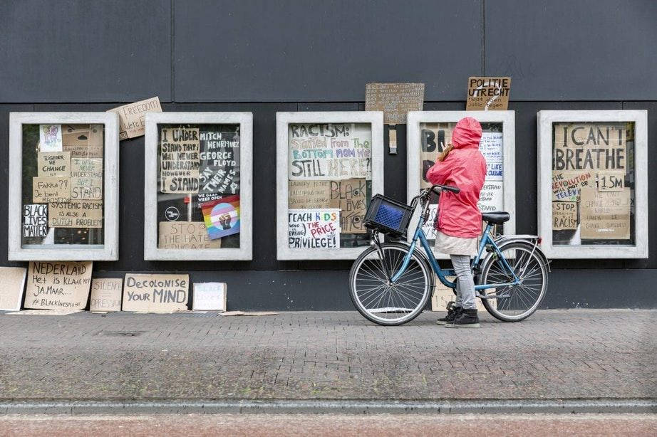 Protestborden Black Lives Matter-demonstratie in postervitrines TivoliVredenburg