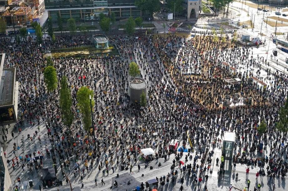 Een vol Jaarbeursplein in Utrecht voor Black Lives Matter-demonstratie