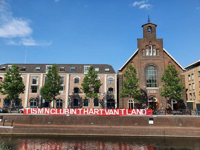 Supporters hangen spandoeken in de stad vanwege 50e verjaardag FC Utrecht