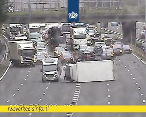 Veel vertraging op Utrechtse snelwegen na ongeluk A27.
