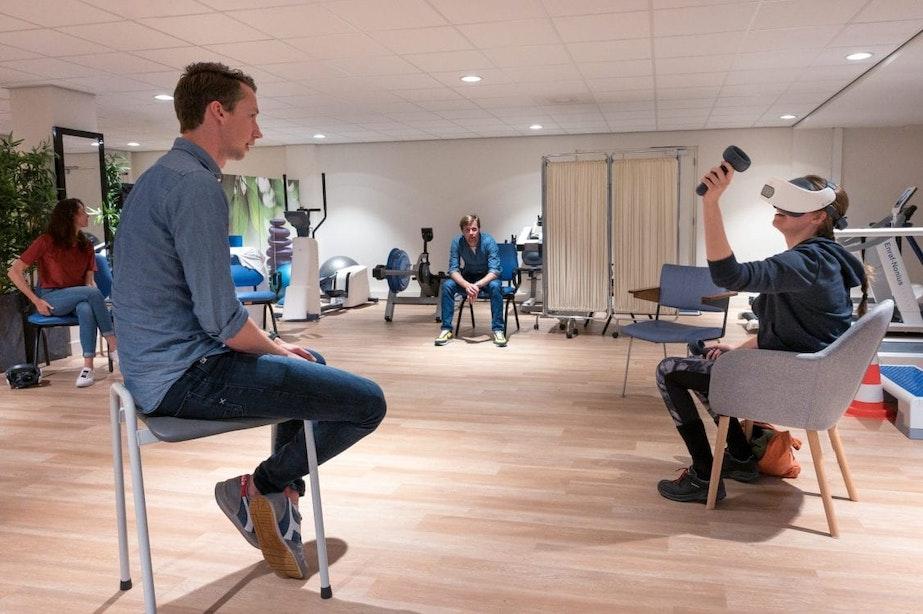 Utrechtse innovatie ingezet bij behandeling coronapatiënten: 'Ballen tegenhouden in VR is mijn favoriete oefening, dan ben ik bloedfanatiek!'