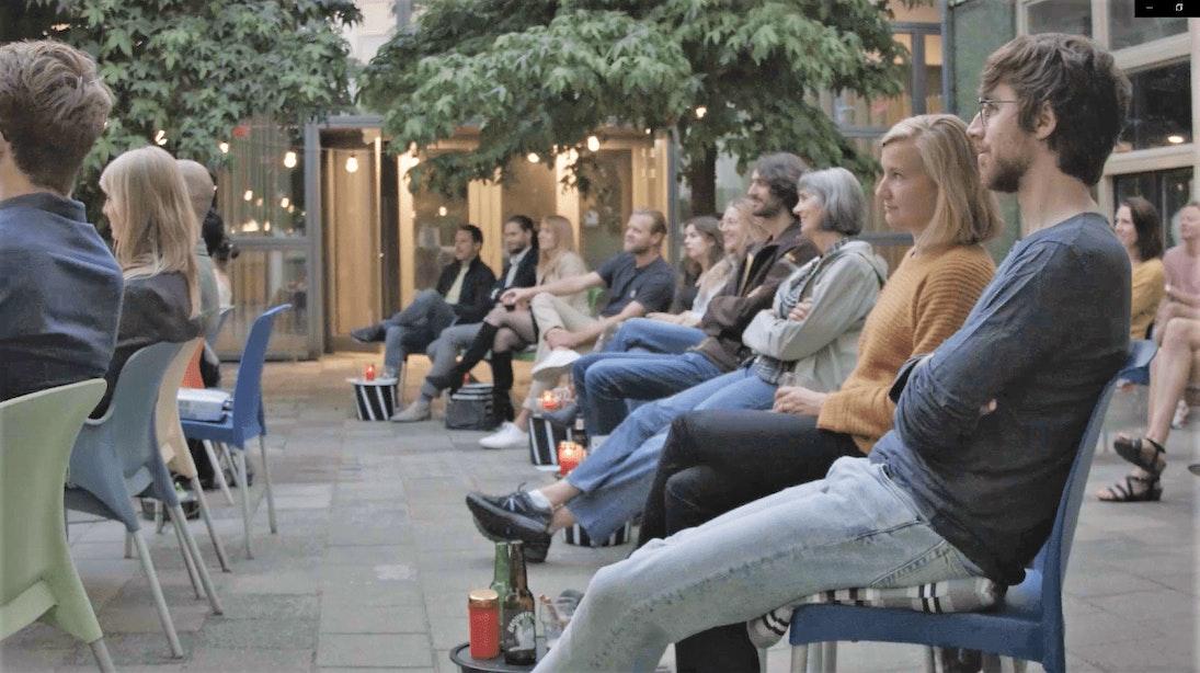 Buiten naar de film in binnentuin bij Domplein