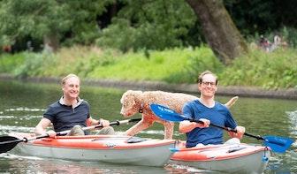 Zomer in Utrecht: Ivo, Martin en hond Tommy trekken deze vakantie bekijks op de grachten