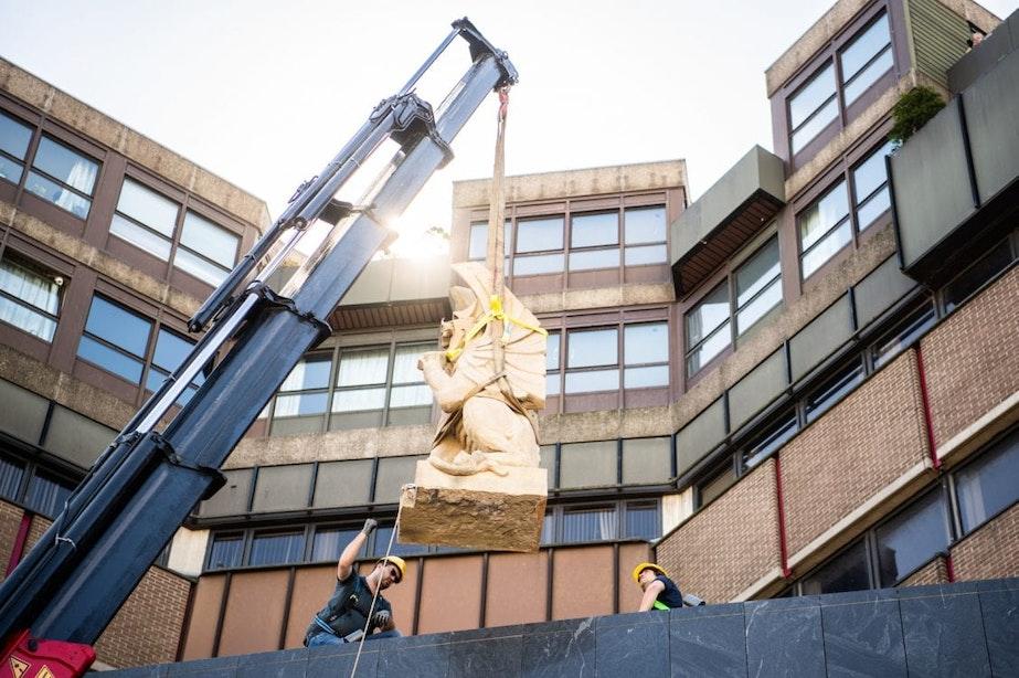 Historische chimaera's van 2500 kilo per stuk op Hoog Catharijne geplaatst
