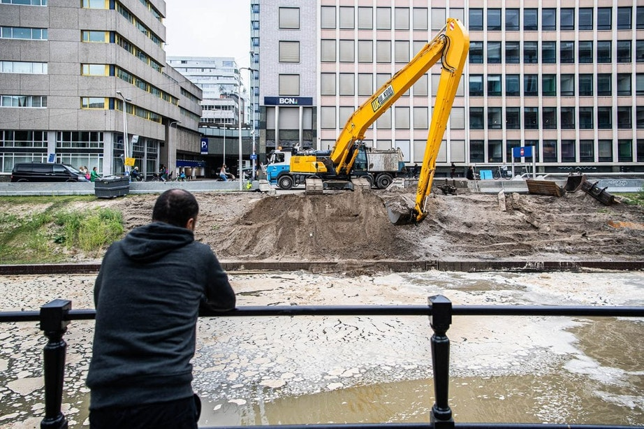 Het laatste schepje zand is weg: de singel stroomt door tot de allerlaatste dam