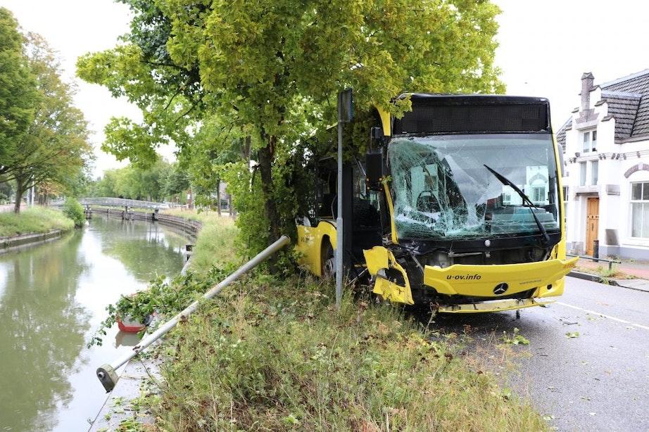 Bus van U-OV raakt van de weg in De Meern; twee passagiers gewond