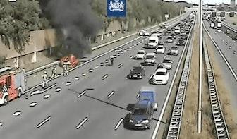 File op A12 bij Utrecht vanwege autobrand; Twee rijstroken afgesloten