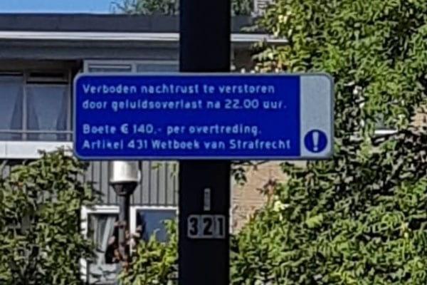 Waarschuwingsborden in Utrechtse wijk Oog in Al moeten overlast terugdringen