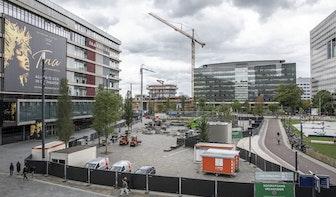 Opbouw beachvolleybalstadion op Jaarbeursplein in Utrecht begonnen