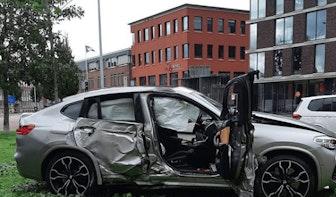 Auto vliegt uit de bocht en botst tegen lantaarnpaal op Oudenoord in Utrecht