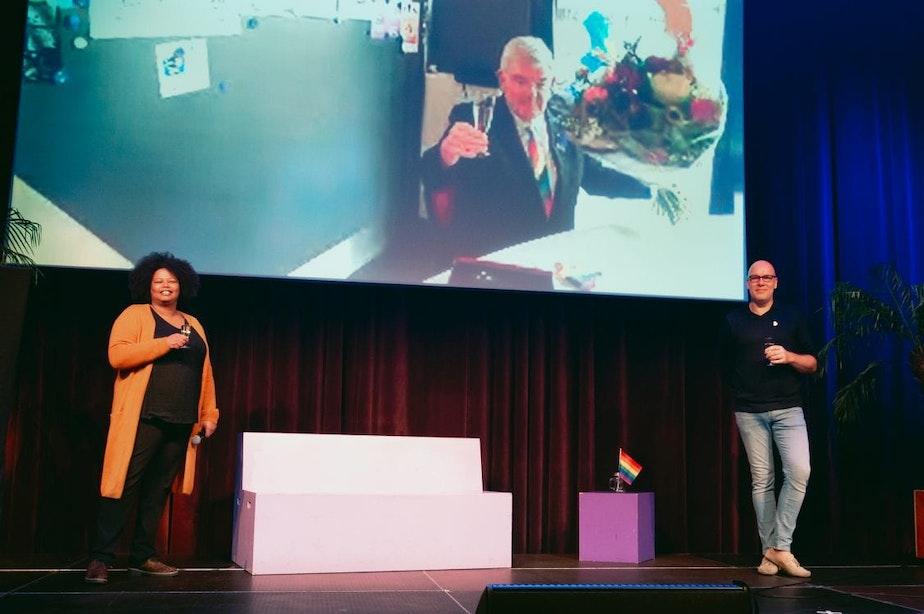 Voormalig burgemeester Jan van Zanen neemt digitaal Annie Brouwer-Korf Prijs in ontvangst