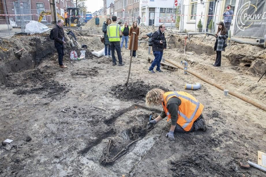 Skelet van ongeveer 300 jaar oud gevonden in Utrecht: 'Wat doet deze persoon hier?'