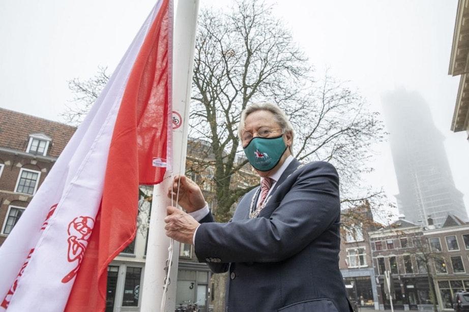 Burgemeester hijst Utrechtse stadsvlag voor 'feest' van Sint Maarten