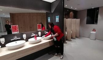 Kunstenares Marin Hondebrink maakt boek over haar vondsten als toiletjuffrouw