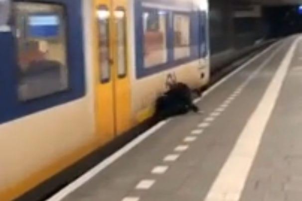 ProRail reageert geschrokken op filmpje van aanrijding op station Utrecht Centraal.