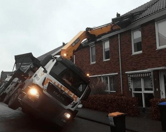 Kraanwagen valt op dak van huis aan de Zomertuinlaan in Vleuten